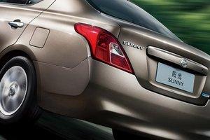 Đánh giá xe Nissan Sunny 2015 có đuôi xe hình khối vuốt nhẹ sang bên hông.