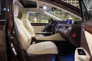 Đánh giá xe Lexus RX 200t có hàng ghế trước với tựa lưng ôm sát và tựa đầu êm ái.