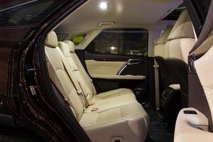 Đánh giá xe Lexus RX 200t có hàng ghế trước sau rộng rãi cho 3 người ngồi thoải mái.