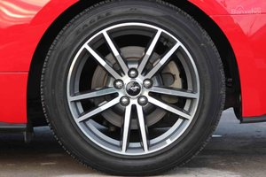 Đánh giá xe Ford Mustang 2015 có mâm 19 inch Ebony Black kết hợp lốp Pirelli P Zero.