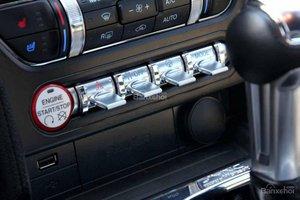 Đánh giá xe Ford Mustang 2015 có các phím gạt kim loại mạ crom và đề nổ start-stop độc đáo.