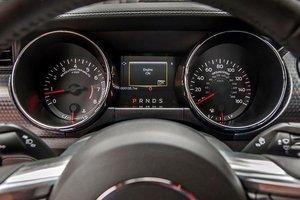Đánh giá xe Ford Mustang 2015 có cụm đồng hồ lái với chi tiết các thông số hiển thị sắc nét.