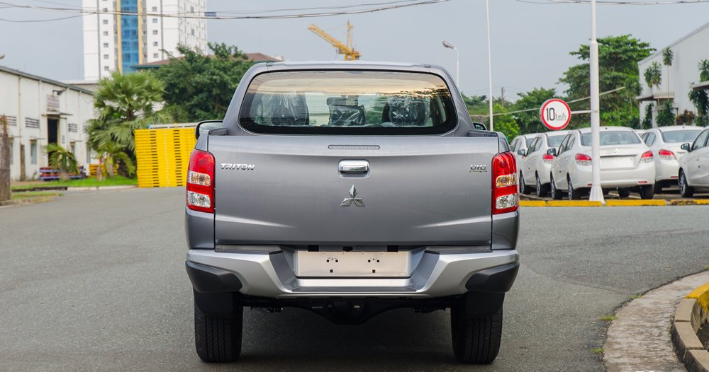 So sánh đuôi xe Mitsubishi Triton MIVEC 2017 và Chevrolet Colorado High Country 2017.