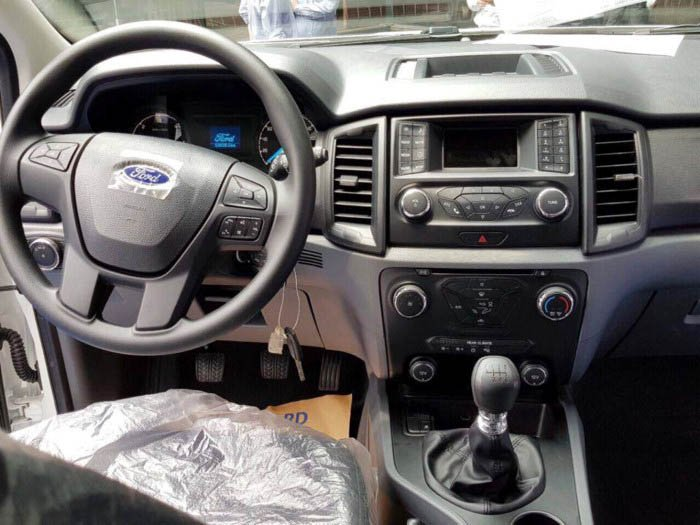 Ảnh chụp nội thất Ford Everest Ambiente MT